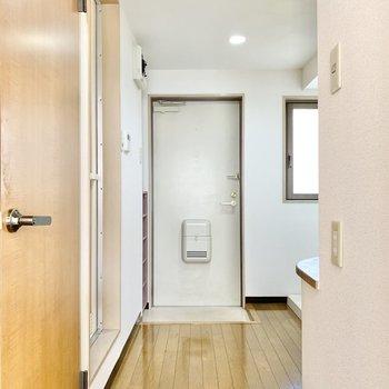 サニタリー、キッチン、玄関へ繋がってます。