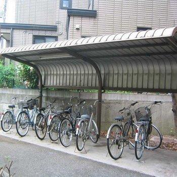 屋根付きの駐輪場。ぜひ自転車をご活用ください。