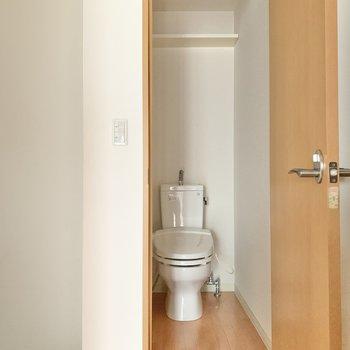トイレは収納付き。タオル掛けもありますよ。