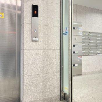 お部屋まではエレベーター。宅配BOXもありました◯