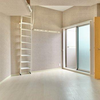 カクっと感が可愛らしいお部屋です。梯子の佇まいもgood!