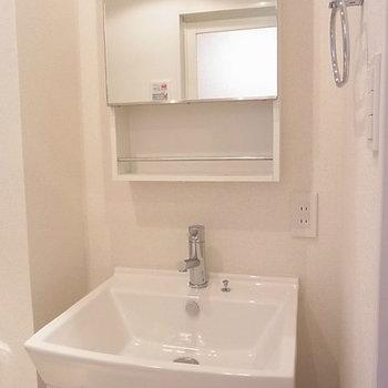 洗面台も清潔感あり※写真は4階の同間取り別部屋のものです