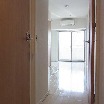 玄関はフラット※写真は4階の同間取り別部屋のものです