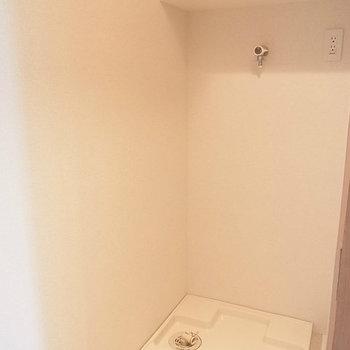 玄関入って左手に洗濯機置場※写真は4階の同間取り別部屋のものです