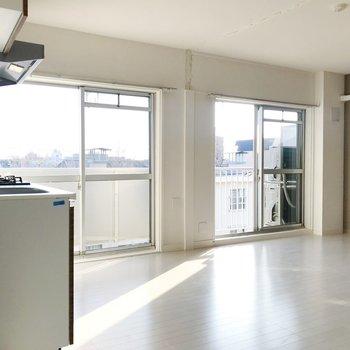 【LDK】たっぷりと陽光を取り込む、明るいお部屋です。
