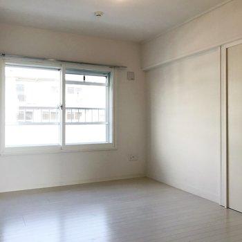 【洋室5.89帖】こちらは寝室になるでしょうか。