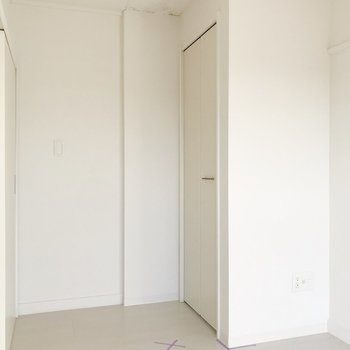 【洋室4.48帖】真っ白なデザインなので圧迫感を感じません。