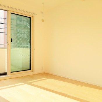 こちらは1番広い6.2帖の洋室。2面窓から光がしっかり入ります。