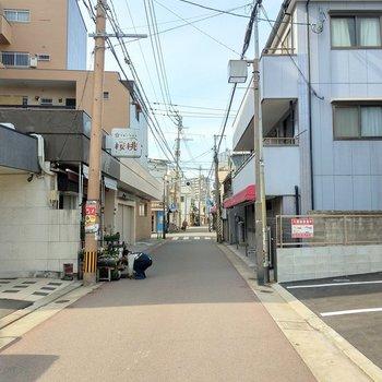 昔ながらの商店が並ぶあたたかな街並み。