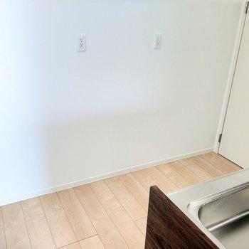 後ろに冷蔵庫やキッチン家電置けそう。コンセントたくさんで助かる!右奥の扉は…?