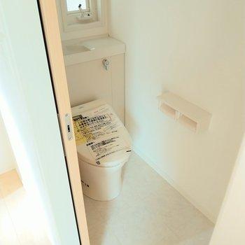 トイレもウォシュレット付きで広々。