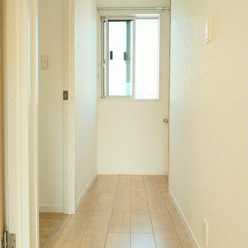 2階の廊下にも窓があるから風通しもいいんです。それでは下に降りてサニタリーへ。