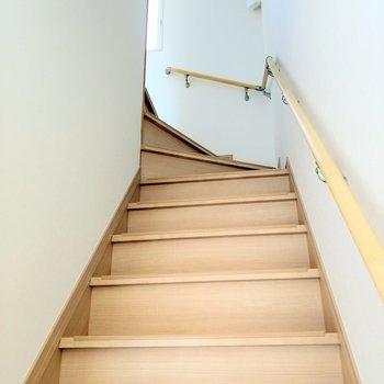 階段を登って2階へ。光の入る明るい階段。