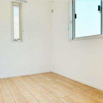 最後に4.7帖の洋室。こちらも2面窓。