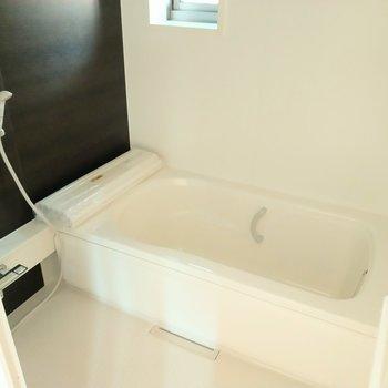 お風呂も広〜い!換気できる窓も◎家族に嬉しい追焚付き。