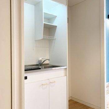 お部屋からすぐの位置にキッチンと冷蔵庫置場。