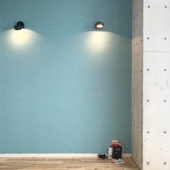 アクセントクロスにはふたつのスポットライト。壁に反射した光が素敵◎