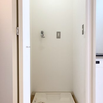キッチン横の扉の中は洗濯機置場。ライト付って珍しい◎