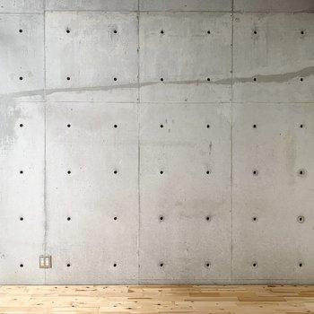 対面は一面コンクリート打放しの壁。クロスではなく本物なのでセパ穴も使えますよ◎