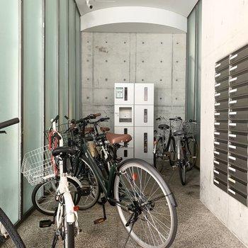オートロックの外には宅配ボックスも設置されています。