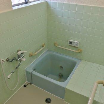 お風呂は正方形、狭いです