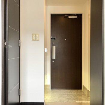 トイレは下階、玄関廊下側にありますよ。
