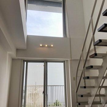 【下階】天井が高く、開放的な空間ですね〜