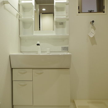 幅広洗面台は何かと便利(※写真は6階の同間取り別部屋のものです)