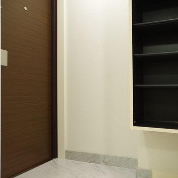 シューズボックスは可動棚タイプ(※写真は6階の同間取り別部屋のものです)