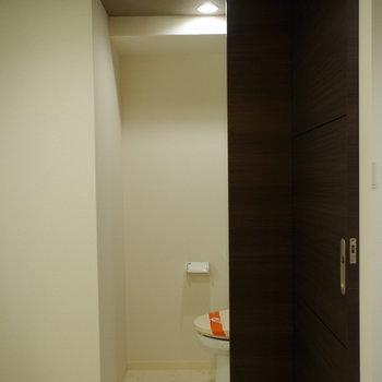 トイレは脱衣所の奥に。さりげない壁がついています(※写真は6階の同間取り別部屋のものです)