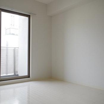 ベッドはこちら側。反対側の窓辺にテレビが置けますよ!(※写真は6階の同間取り別部屋のものです)