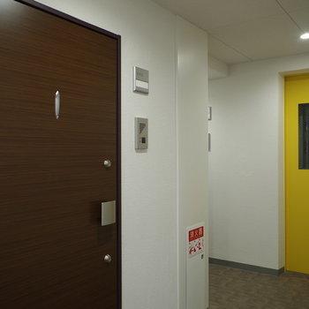 居室フロアではエレベータ扉がポップにイエロー