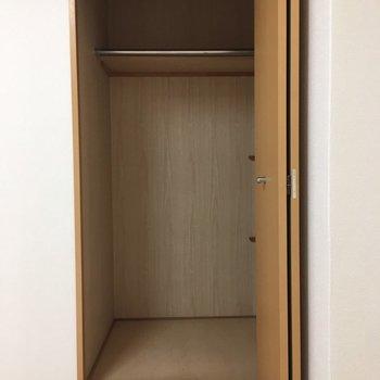 クローゼットはそんなに収納量がないように見えて…(※写真は5階の同間取り別部屋、清掃前のものです)
