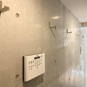 コンクリートの壁にはフックが付いています。コートやバッグを掛けたい。