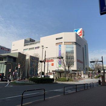 駅前には大型のスーパーがあります。