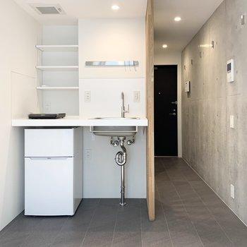 シンプルなデザインのキッチンですね。冷蔵庫が付いています。