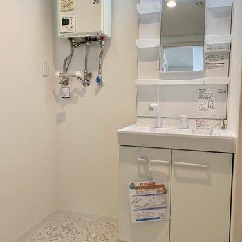 洗面台と横には洗濯機置き場