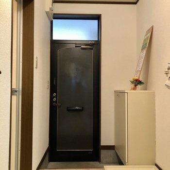 玄関入ってすぐ洗濯機置場があります。