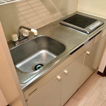 キッチンは1口ですが調理スペースも完備。
