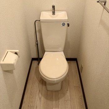 トイレはシンプルなタイプ。冬はカバー必須です。