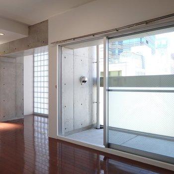 タイルガラスとシックな色合いのクールデザイナーズ(※写真は8階の同間取り別部屋のものです)