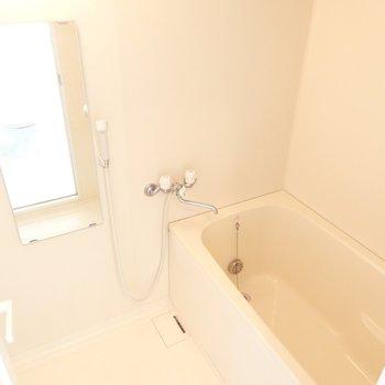 お風呂には追焚・浴室乾燥機付き(※写真は8階の同間取り別部屋のものです)