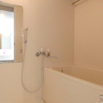 お風呂はシンプル。追焚、浴室乾燥機付き(※写真は5階の同間取り別部屋のものです)