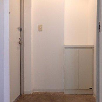 玄関はシンプル(※写真は5階の同間取り別部屋のものです)
