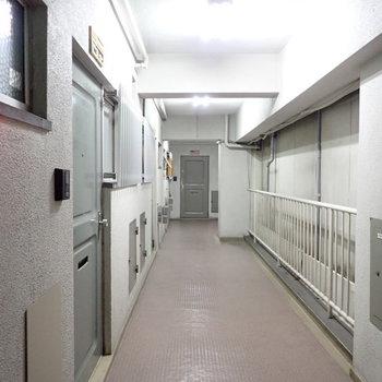 共用部】廊下は採光部がないので、薄暗いです。