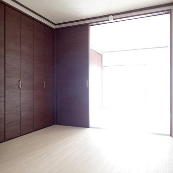 洋室4.5帖】ここを寝室にしてもよいかも。