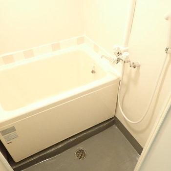 浴槽はちょっと深めです。首まで浸かれそう。