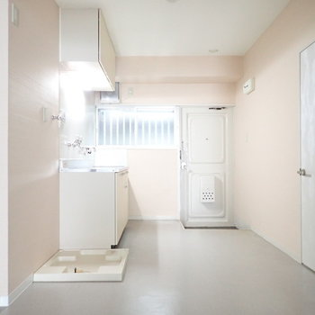 DK】キッチンのとなりに洗濯機ですね。