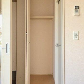 玄関の方に出るともう一つ収納があります。