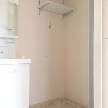 洗濯機の上に棚があるのが助かりますね!※写真は通電前のものです